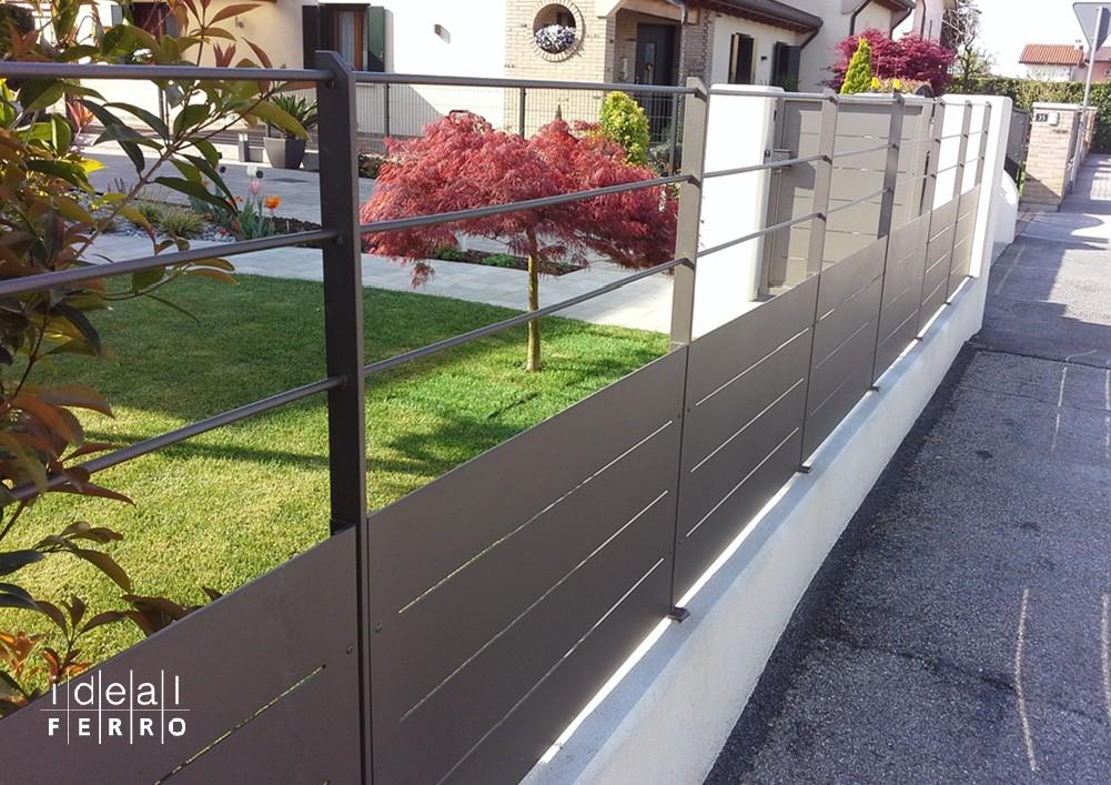 Recinzione in lamiera e tondini paralleli idealferro - Recinzioni in metallo per giardino ...